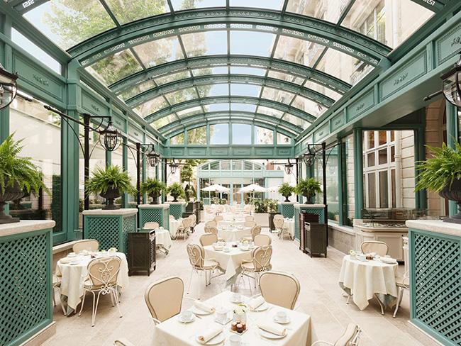 Thiết kế của Ritz-Paris đặc trưng với phong cách thiết kế phòng nghỉ thành các căn hộ và được trang trí với kiểu dáng gợi nhớ về kỷ nguyên vàng son của Paris vào thế kỷ XVIII.