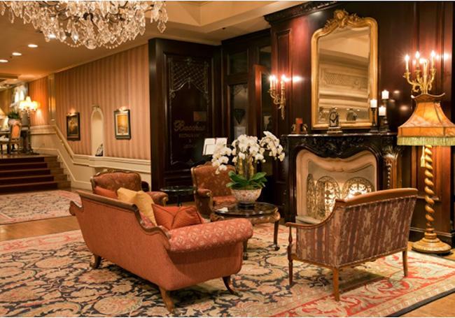 Wedgewood Hotel & Spa nằm cách các cửa hàng sang trọng của Vancouver chỉ vài bước chân và được trang bị đồ dùng vệ sinh cá nhân, TV và đồ nội thất thượng hạng.