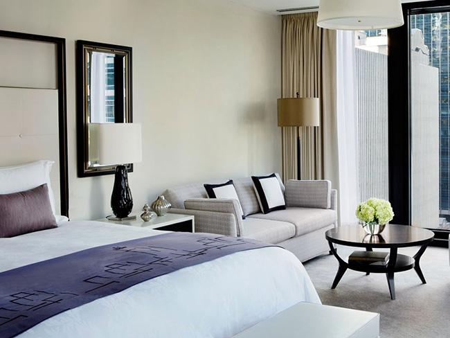 Khách sạn Langham ở Chicago nằm ngay cạnh The Magnificent Mile và khu mua sắm tuyệt vời của nó. Các vị khách nhận xét giường thoải mái, TV cực lớn và còn nhiều tiện nghi khác khiến họ bận rộn không ngừng.