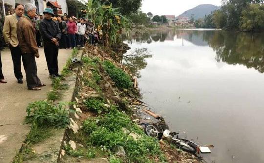 Người đàn ông chết bất thường dưới sông cạnh xe máy - 1