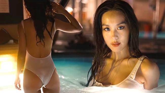 """Kim Hee Jeong bất ngờ xuất hiện trong MV """"Rendezvous"""" của rapper Sik - K khiến nhiều người bất ngờ vì quá bốc lửa. Không ai nhận ra đây là diễn viên nhí đình đám đầu những năm 2000."""