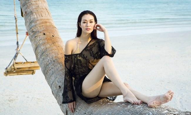 Khánh My chọn chiếc áo lưới màu đen họa tiết hoa độc đáo cho thời trang đi biển của cô.