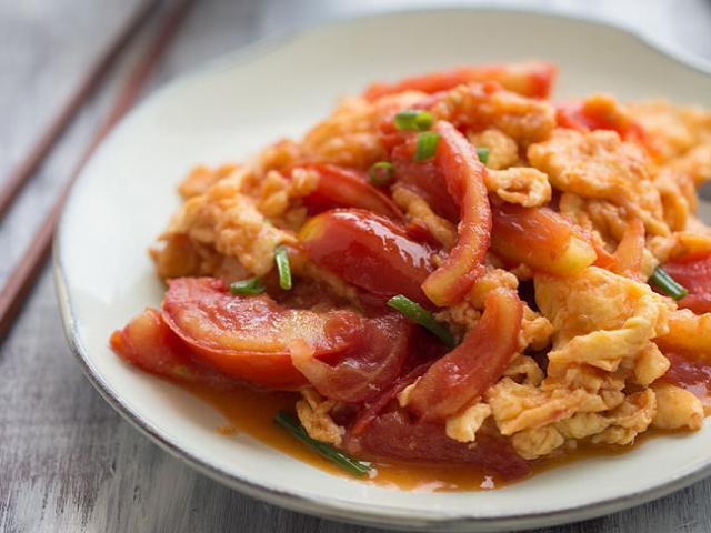 Cách làm trứng chiên sốt cà chua ngon ngọt đổi vị ngày đầu tuần