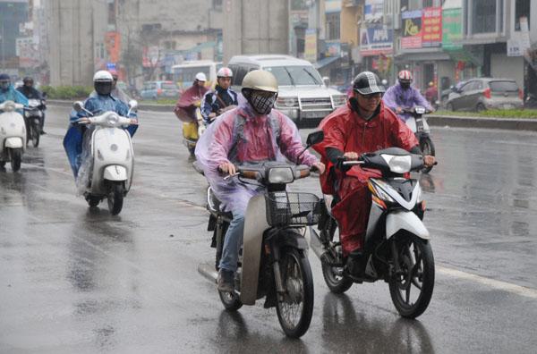 Người dân miền Bắc hứng chịu mưa phùn, nồm ẩm kéo dài - 1