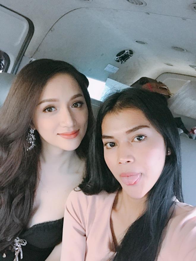 """Hương Giang diện váy khoe vòng 1 """"áp đảo"""" thí sinh chuyển giới nước bạn - 3"""