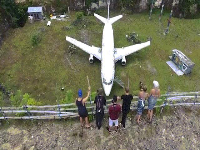 Du khách đổ xô khám phá máy bay bỏ hoang giữa cánh đồng