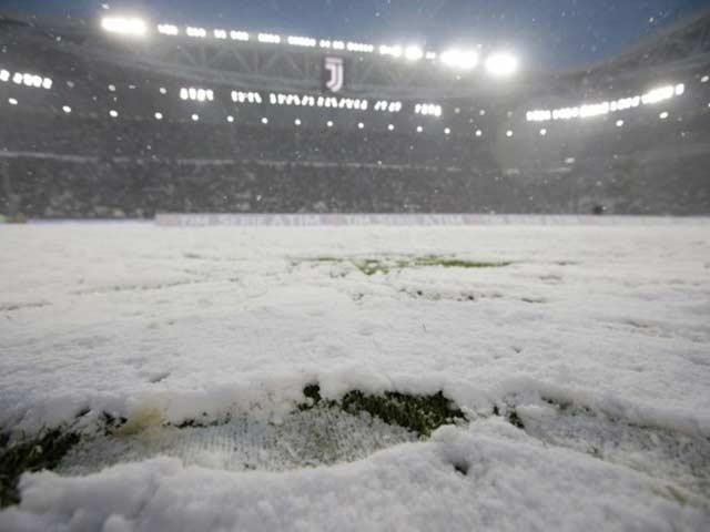 Tuyết phủ trắng sân như chung kết U23 Việt Nam, Juventus hụt ngôi đầu