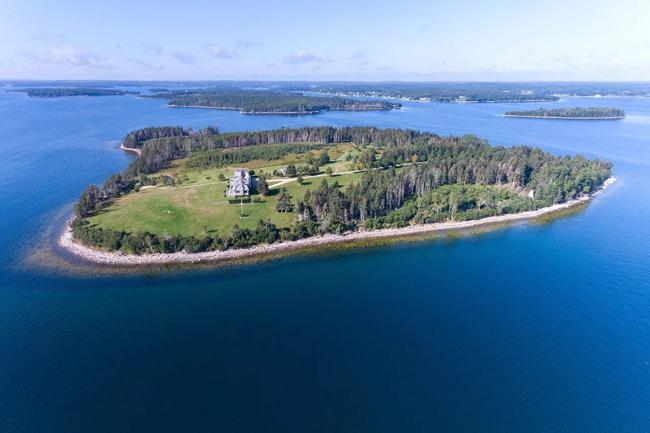 Biệt thự này tọa lạc trên hòn đảo Kaulbach thuộc vùng vịnh Mahone, bờ biển phía đông bang Nova Scotia, Canada.