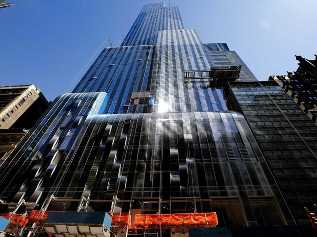 Căn hộ thuộc tòa nhà One57, được thiết kế bởi kiến trúc sư Christian de Portzamparctrông như một thác nước đổ. Tòa nhà cao 306 mét và có tổng cộng 90 tầng