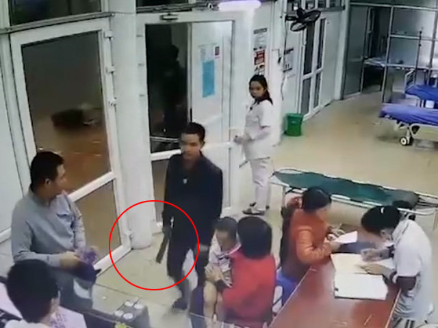 """Nóng 24h qua: Bệnh nhân vác dao phay đòi """"xử"""" bác sĩ vì lý do không tưởng"""