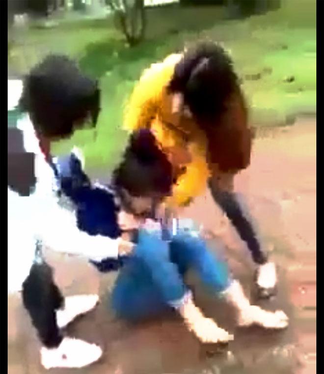 Nữ sinh Hà Tĩnh bị đánh đập, xé áo giữa ban ngày - 1