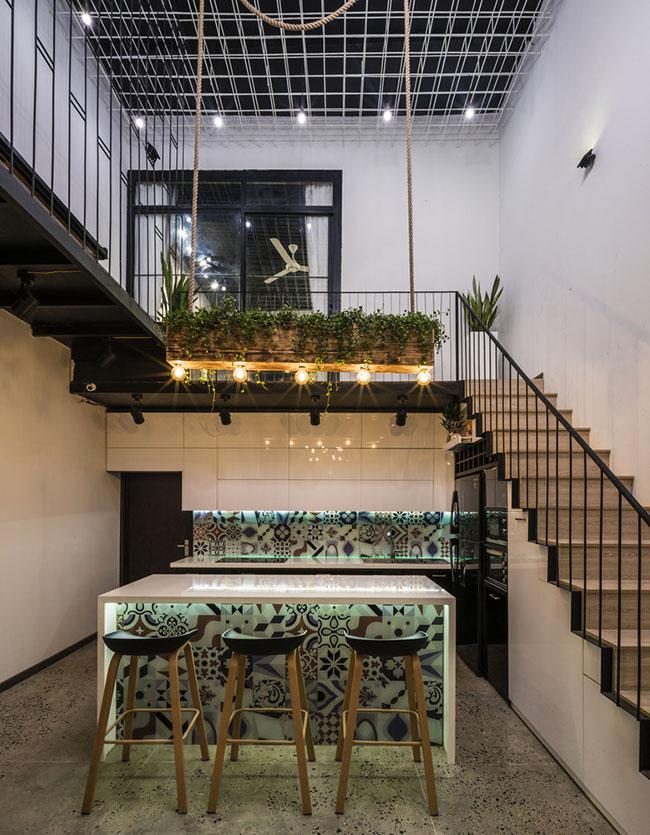 Bếp và quầy bar được tích hợp bên dưới cầu thang giúp tiết kiệm không gian hơn