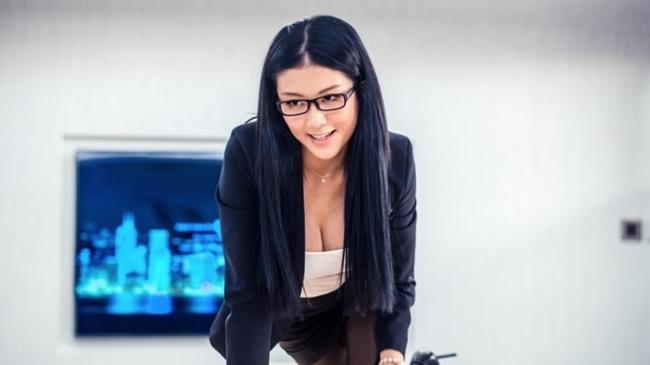 Trong phim, diễn viên sinh năm 1992 thủ vai cô thư ký nóng bỏng, tìm mọi cách để quyến rũ ông chủ của mình.