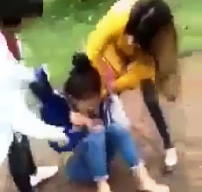 Nữ sinh lớp 11 bị nhóm phụ nữ đánh hội đồng, lột đồ, quay clip - 1