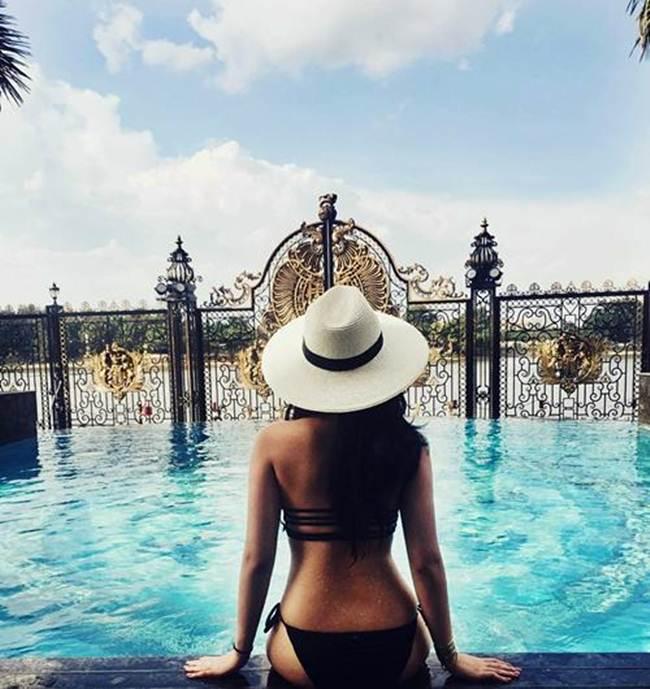Trên trang cá nhân cô thường đăng những bức ảnh đi bơi tại nhiều bãi biển nổi tiếng trên thế giới hay ngay chính bể bơi trong căn biệt thự sang trọng của gia đình với trang phục bikini nóng bỏng.