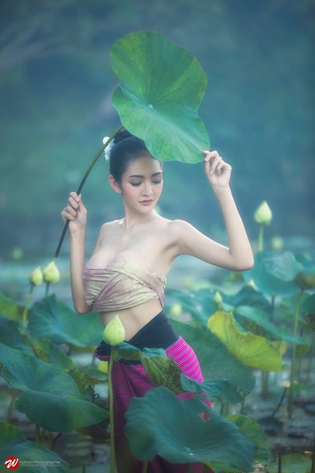 Bộ ảnh chụp với hoa sen của cô nhận được nhiều lượt thích trên Facebook cá nhân.