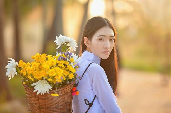 Hình ảnh của Thatsawan trong tà áo dài Việt được nhiều báo nước ngoài đăng tải.