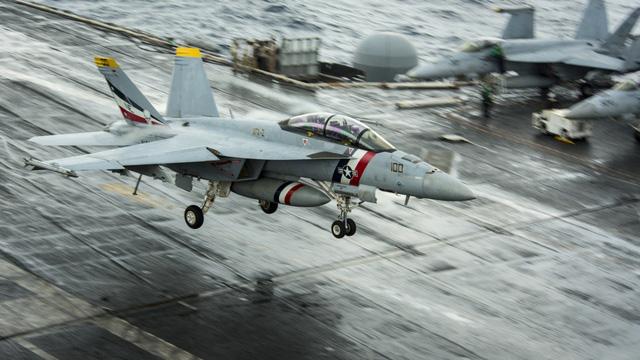 Chiến đấu cơ đầy uy lực trên tàu sân bay Mỹ đến Việt Nam - 1