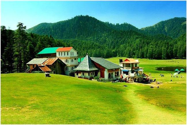 Khajjiar – Tiểu Thụy Sĩ của Ấn Độ: Khajjiar là một trạm đồi ở huyện Chamba,bang Himachal Pradesh. Trạm đồi nằm giữa khung cảnh tuyệt đẹp với màu xanh mướt mát trải rộng của bãi sậy và cỏ non.