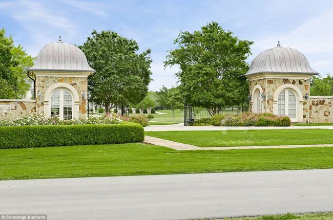 Công trình xa hoa này tọa lạc trên khu đất rộng 19 hecta tại Hickory Creek, Texas. Tác giả của siêu phẩm kiến trúc này là cặp vợ chồng Alan Goldfield và Shirley
