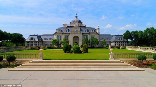 """Tên gọi Champ d'Or (mang nghĩa """"vùng đất vàng"""" trong tiếng Pháp) quả thực rất tương xứng với diện mạo bề thế và lộng lẫy của căn biệt thự rộng tới 48.000m² này."""