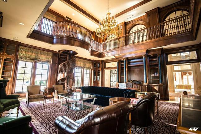 Thư viện hai tầng với tông màu nâu trầm ấm cúng.