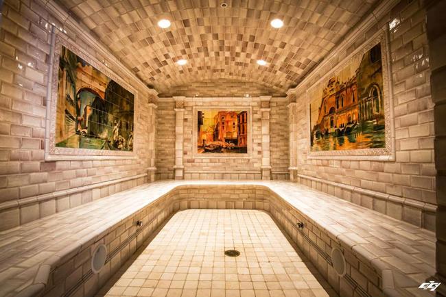 Phòng xông hơi được trang trí bằng những bức tranh sơn dầu.