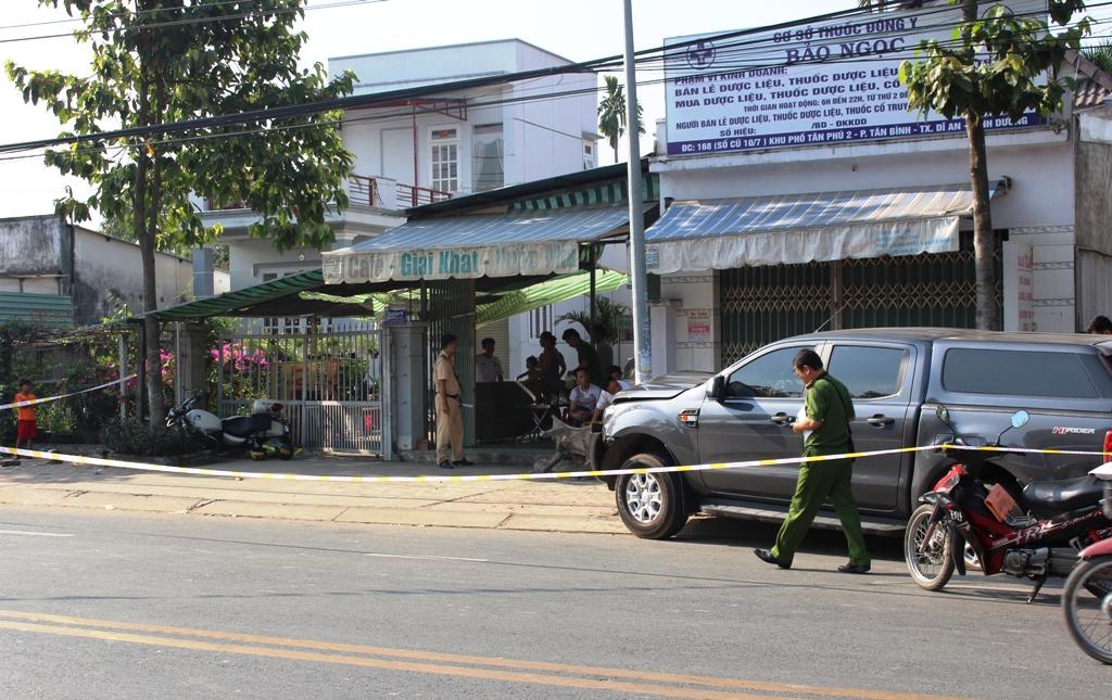 Xe đặc chủng bị ô tô húc văng lên vỉa hè, 2 cảnh sát nhập viện - 1