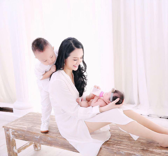Bà xã Tuấn Hưng - Thu Hương - khiến nhiều người ghen tỵ vì làn da mịn màng, thân hình gợi cảm dù trải qua hai lần sinh nở.