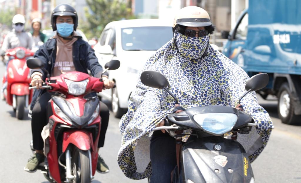 Nắng rát da thịt, chị em phụ nữ ở Sài Gòn hoá ninja trong ngày