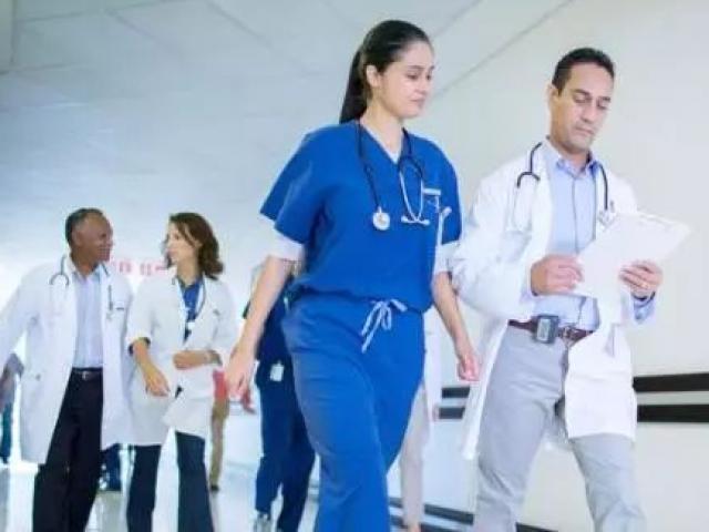 Ngược đời: Hàng trăm bác sĩ phản đối được... tăng lương vì kiếm được quá nhiều
