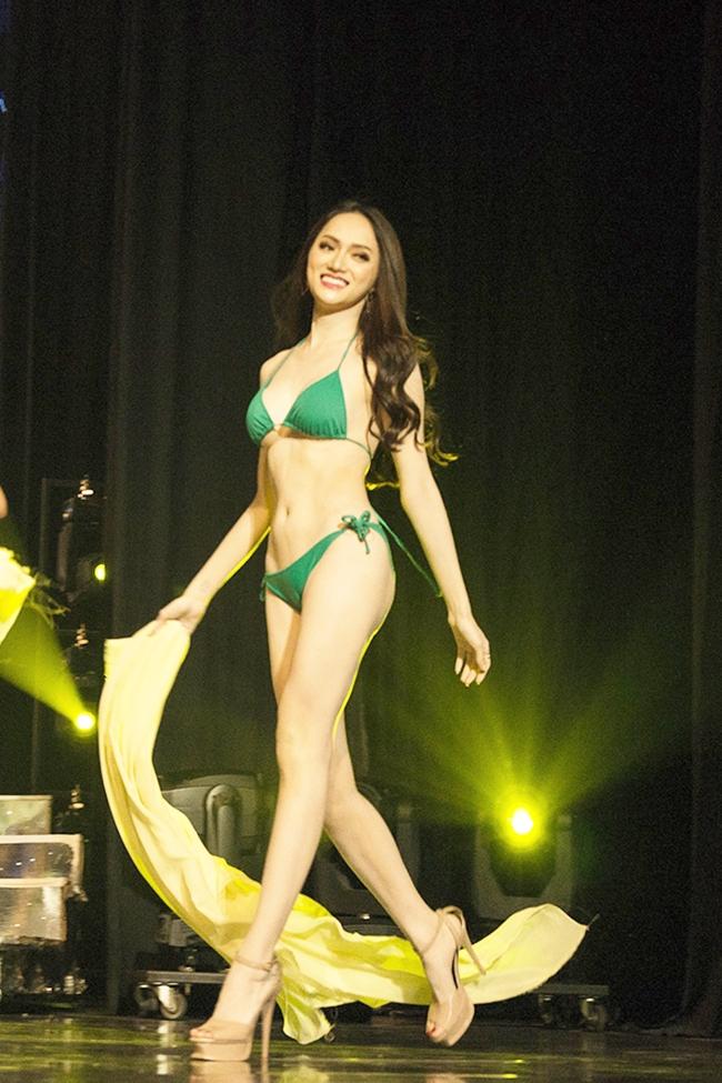 Nữ ca sĩ 9X có màn trình diễn bikini và ứng xử được đánh giá cao. Cô là người đẹp Việt Nam tham gia dự thi và giành được ngôi vị cao nhất. Trước đó, Hương Giang từng tham gia nhiều show truyền hình ở Việt Nam và được biết đến với lối ứng xử nhanh nhẹn, linh hoạt và thông minh. Nhiều fan không quên chia sẻ nhiều khoảnh khắc cực độc của Tân Hoa hậu Chuyển giới Quốc tế 2018 khi tham gia các TV show đình đám.