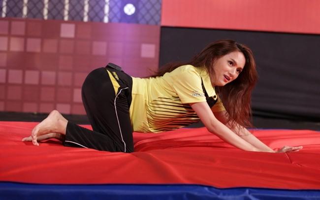 """Ngược lại, khi tham gia show """"Giải mã cơ thể"""", Hương Giang lại biến đổi như một """"tắc kè hoa"""" và chơi hết mình trên sân khấu."""