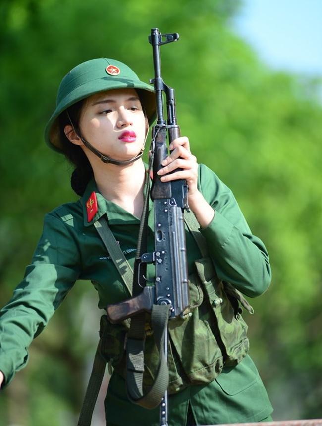 Hình ảnh nữ quân nhân quật cường nhưng vô cùng duyên dáng, xinh đẹp của nữ ca sĩ có xuất phát điểm từ chương trình Vietnam Idol.