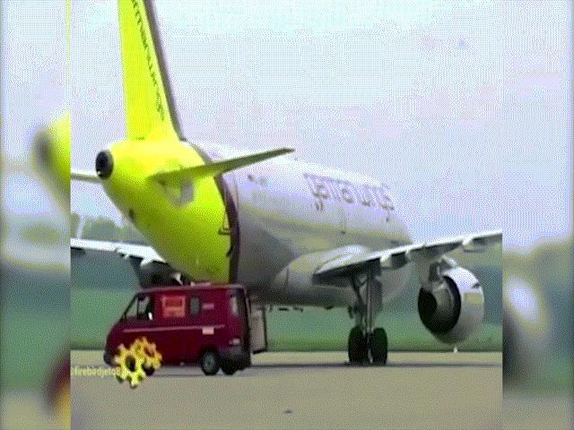 Máy bay Airbus thổi bay xe tải như chiếc lá
