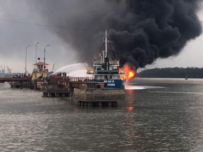 Thủ tướng chỉ đạo xử lý sự cố cháy tàu chở 2.000 tấn dầu - 1