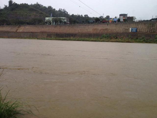5 người bốc vác thuê chết đuối vì thuyền chết máy ở sông Hồng