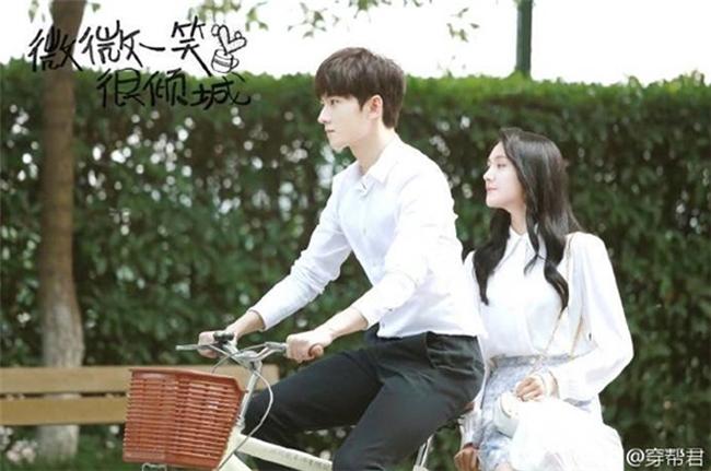 """Cảnh Tiêu Nại đạp xe chở Bối Vy Vy trong phim """"Yêu em từ cái nhìn đầu tiên"""" được xem là cảnh lãng mạn khiến khán giả thích thú."""