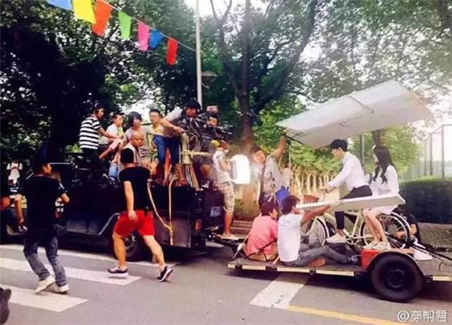 Trên thực tế, nam diễn viên chẳng cần mệt nhọc đạp xe. Mọi chuyển động đều đã có tổ phim làm cho.