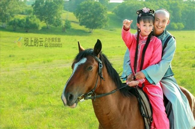 """Trong """"Hoàn Châu Cách Cách 2013"""", cảnh Tử Vy (Hải Lục) và Nhĩ Khang (Lý Giai Hàng) cưỡi ngựa trên đồng cỏ xanh cũng là một cảnh phim đi vào lòng người."""