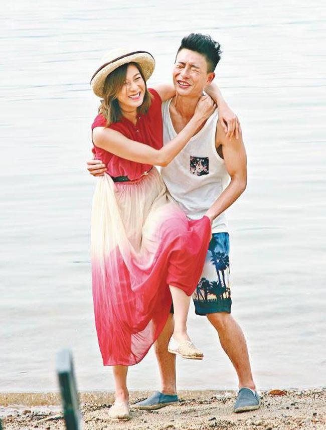 Chiếc váy Chung Gia Hân mặc khá vướng víu càng làm khó cho cảnh quay.