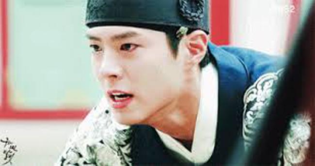 """Trong """"Mây họa ánh trăng"""" có cảnh Park Bo Geum quỳ gối gây xúc động."""