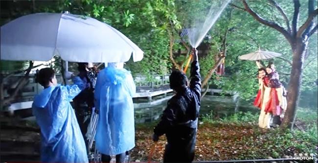 """Tuy nhiên, thực tế màn mưachỉ là """"mưa nhân tạo"""".Tổ công tác còn liên tục di chuyển bằng xe chuyên dụng để tạo hình ảnh như thật."""