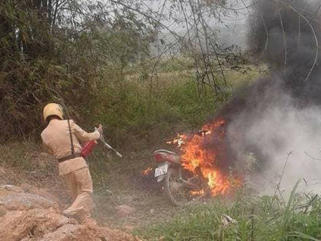 Con vi phạm giao thông, bố tới đốt xe: CSGT không kịp dập lửa