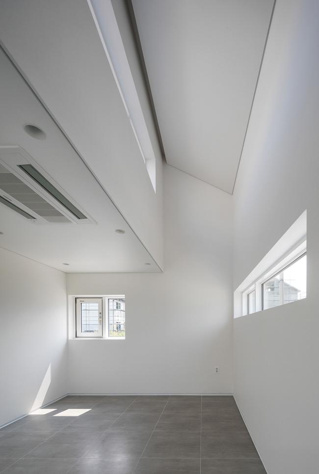 Căn phòng dự định làm phòng trẻ với rất nhiều cửa sổ thông thoáng.