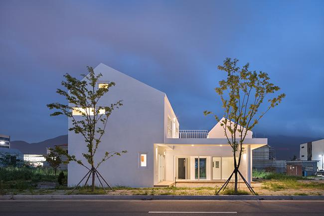 Hình ảnh mặt tiền của ngôi nhà xinh đẹp với màu sơn trắng tượng trưng cho tiềm năng vô hạn.