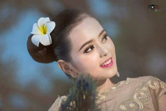 Cô thường xuyên mặc trang phục mang hơi thở dân tộc tại các sự kiện.