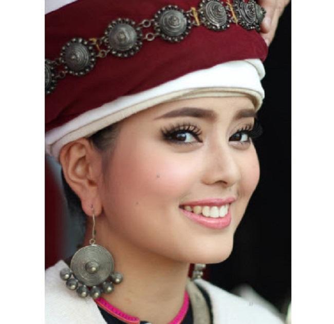 """Chụp ảnh góc nghiêng tôn lên vẻ đẹp """"xinh như tiên"""" của Hoa hậu Phounesup Phonnyotha."""