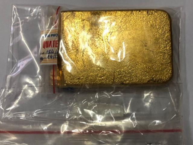 """Thỏi vàng """"khủng"""" trong vali ở sân bay Tân Sơn Nhất"""