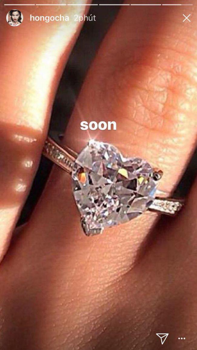 """Hà Hồ khoe nhẫn kim cương """"khủng"""", úp mở sắp kết hôn với Kim Lý - 1"""
